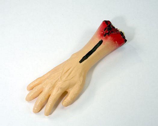 brazo sangriento broma, 21x47cms