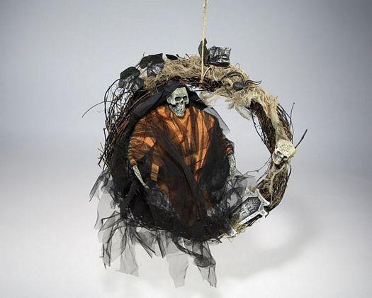 Esqueleto sentado en anillo 40x52x7cm